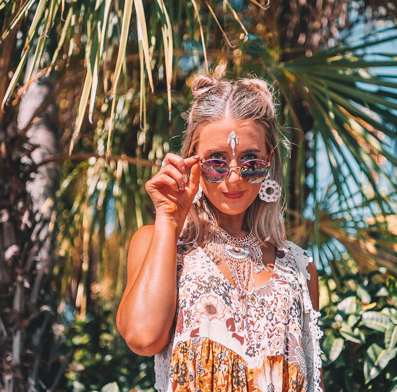 boho festival outfit and makeup with quay sunglasses